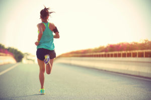 donna in corsa